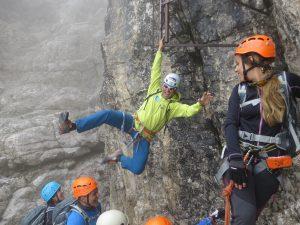 La guida M. Cominetti arresta al volo una caduta nel vuoto del sentiero SOSAT.