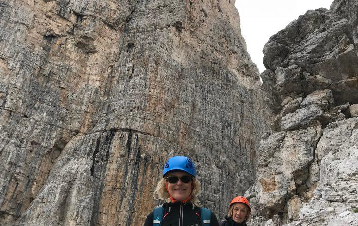 Paola e Mary ai piedi del maestoso campanil Basso.
