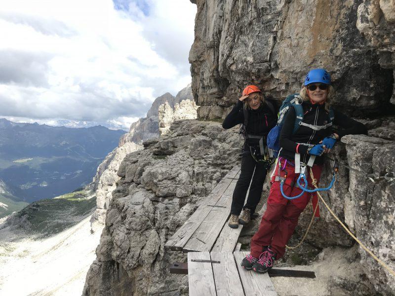 Paola e Mary sulle bocchette centrali, traversanto sotto la Brenta Alta.